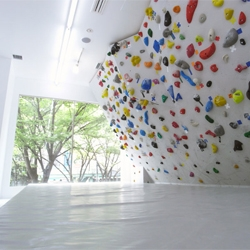 If you want to practice your climbing skills, you are going to love PekiPeki, an indoor bouldering studio in Shibuya, Tokyo.