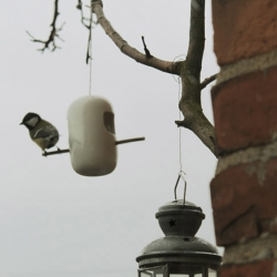 """Vogelimbiss"" is a nice, sleek and simple birdhouse made of Porcelain from german designer Yvonne Penter"