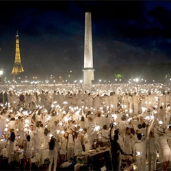 'Le Dîner en Blanc' the Parisian clandestine dinner party knows a thing or two about throwing a picnic.