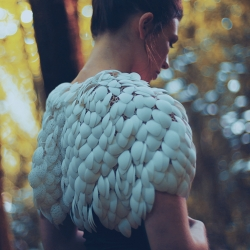 Design studio Love & Robots and costume designer Niamh Lunny have recently teamed up to realize Plumage : a 3D printed, free-moving, customizable cape made from over 6000 moving components parts that give the illusion of real feathers.