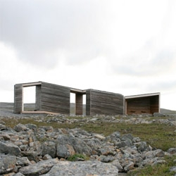 Norwegian architect Pushak designed this simple wooden roadstop in Nordkynnhalvøya. Despite of its orthogonal composition, it blends with the landscape through its materials.