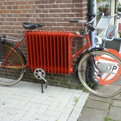 Holland has more bikes than people ! Here is one of the most original repurposing an old radiator.