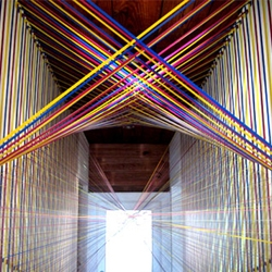 The in situ installations of Rebecca Ward, always produce a spectacular effect. With his whole meters of tape woven and interwoven, Rebecca, aged only 26 years using existing architectural lines...