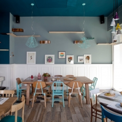 Romeow Cat Bistrot concept comes from Japanese Neko Cafè and European Cat Cafè, and arrives in Rome as a bistro, with sophisticated vegan and raw cuisine and pastry, open from breakfast to after-dinner, where 6 cats live.