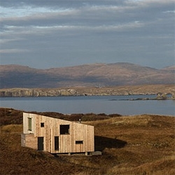 A small wooden cabin tries to go unnoticed in the middle of the natural landscapes of the Isle of Skye in Scotland. By Rural Design.