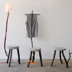 Made of concrete and branches, the new collection of german Samuel Treindl is a nice mix of sustainable material and urban textures. Lamps, stools, chairs, coatracks and much more are reduced and mixed.
