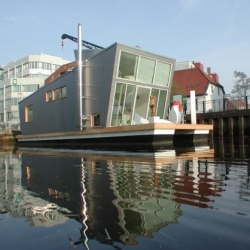 Sascha Akkermann always fancied a houseboat, so he just designed und built one. The result is astonishing and eco-friendly.