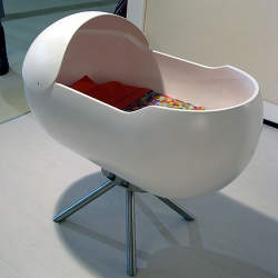 The Culla Sinuè crib designed by Daniela Avaltroni was created in the form of an egg-like shell.