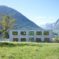 Primary school in Vollege, classrooms with large windows framing dramatic views. By Savioz Fabrizzi Architectes.