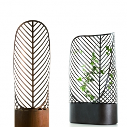 Screen-Pot by François Clerc for De Castelli is a restyling of the classical flower pot with grates for climbing plants. Thanks to the use of steel and laser cutting, this design has a graphic effect inspired by natural forms.