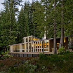 The linear arrangement of this house in Sebastopol, CA, is the perfect way to be always looking over the beautiful woods around it. Designed by California based Turnbull Griffin Haesloop Architects.