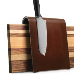 The saddle-like design holds 8 knives and a chopping board.  Patina wanted: Traces of use like scratches or staining add to the worn leather effect. By Supergrau