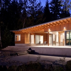 Shuswap Cabin by Splyce design is a seasonal retreat on the Southern shore of Shuswap Lake in British Columbia.