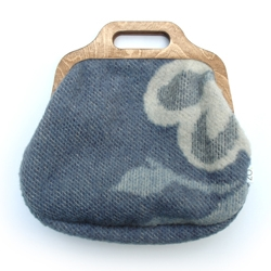 Wool blankets, especially those with the beautiful patterns, fascinate me. The collection of blankets is getting bigger by the week. Because I cannot collect them for ever, i present Zo Design's Something Old Something New bags.