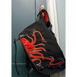 love this messenger bag on the SQUID BLOG.  yes, you read that right.  its awesome, better than dodos.