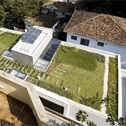 Brazilian architects TAMABI turned the unused rooftop of a 50´s building into a sustainable apartment.