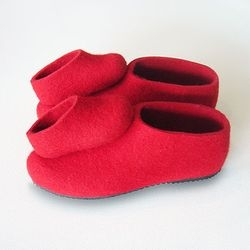 How adorable are these Tansitossut? The felt  shoes are designed to encourage Father and Daughter dancing.