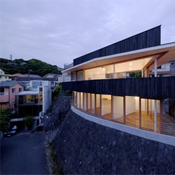 House of Ship by Tezuka Architects overlooks the Pacific Ocean.