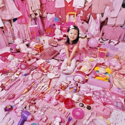 "The photographer JeongMee is responsible for the ""Think pink and blue,"" which took her daughter as inspiration. Like her, JeongMee discovered and photographed children who refuse to buy clothes and objects that are not your favorite color"