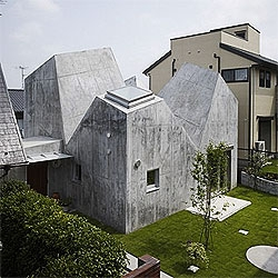 An amazing concrete house in Kohoku, Japan by Torafu architects. The interior space it´s amazing, thanks to the dramatic skylights that shape the house.