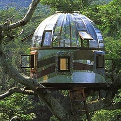 Pete Nelson is a treehouse designer and builder. In his book New Treehouses of the World he invites everyone to see the most incredible treehouses all over the world.