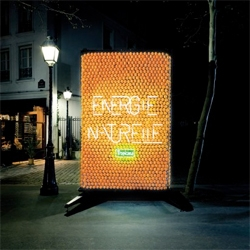 Cute billboard illuminated by oranges for Tropicana. The billboard uses several thousand spikes of copper and zinc and a lot of wiring. Design by DDB.