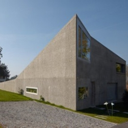 The Swiss practice U15 Novello Eligio Architecte realised this single family residence in an rural area in the north of Lausanne. The building is the metaphor of the stone on the lawn...