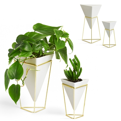 Umbra Trigg Vases designed by Moe Takemura. Made of a ceramic body held up by a wire frame. Nice versatility, where you can flip the stand depending on the ideal height of the vase.