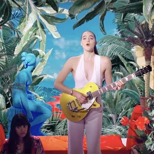 SOFI TUKKER Drinkee music video. The song chants the poem Relógio, by the Brazilian Portuguese writer Chacal over a mesmerizing guitar riff