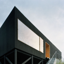 The L-shape Villa Maria was drawn by Mats Fahlander and Thomas Marcks at Fahlander Arkitekter. It won a red house award in 2006, even thought it's black.