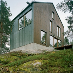 Villa Vy is situated on the top of a hill in Mälarhöjden south of Stockholm. Striking windows and a beautiful facade made out tared wood and pre-patinated Rheinzink. By Kjellander & Sjöberg.