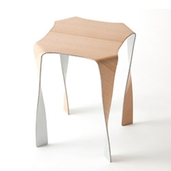Wafft is the name of these furnishings designed by the Japanese Tani and Matsumua using a plywood which is a hybrid between aluminum and beech wood. The stool is incredibly thin and light.