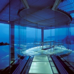 In the WATER/GLASS House, Kengo Kuma tried to frame space with only two horizontal planes - the floor of water and the ceiling louvers- and to generate between the planes a transparent and fluid time-space.