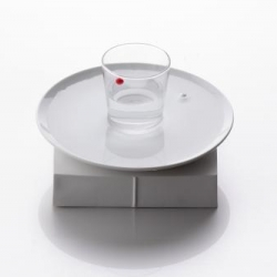 Kyouei Design's Water Clock displays time by floating the red and white balls in water poured into any plate/glass.