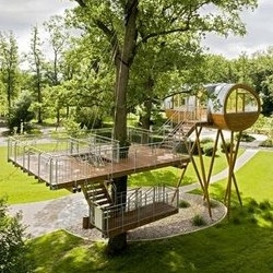 This tree house looks like something out of War of the Worlds. Baumraum architects constructed this detached treehouse, which is one of the main attractions, in the World of Living–park in Rheinau-Linx, Germany