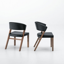 Xeno means 'different' in Greek and is what Stefan Westmeyer wants us to think of his new chair and flexible table with the same name. Manufactured by Swiss Girsberger.