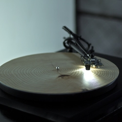 YEARS, a record player that turns wood into music. Year rings are being translated into sound.