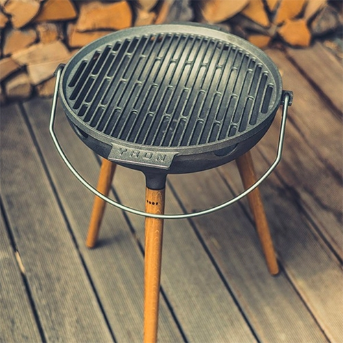YRON Gussgrill - a cast iron grill with oak legs